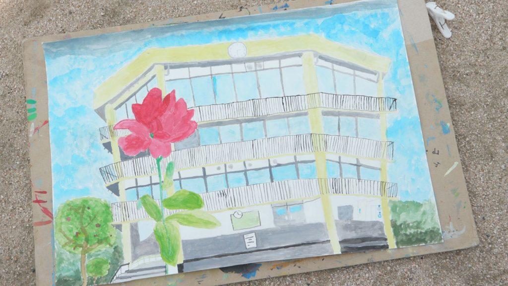 児童が描いたカンナと校舎