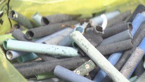 カキ養殖に使われるプラスチック製のパイプ