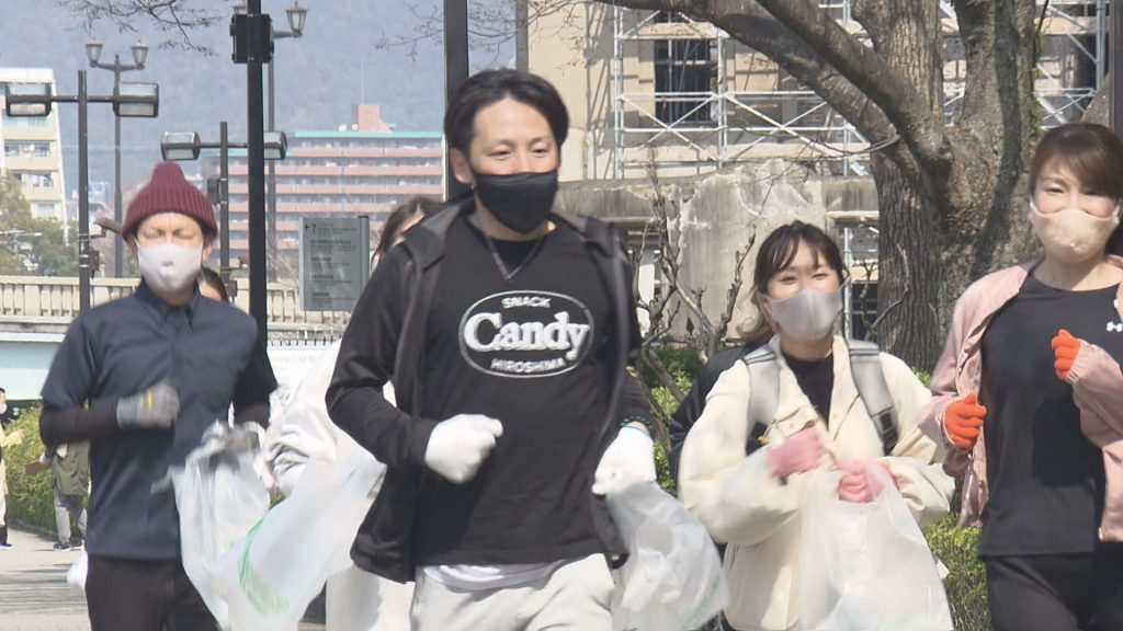 ごみ袋を持ってジョギングする参加者