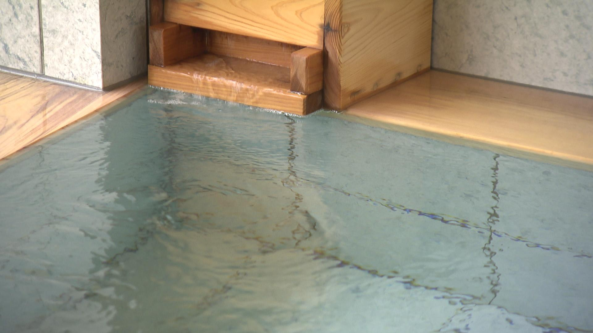 放射能泉としては珍しい、およそ30℃もある源泉かけ流しの「ぬる湯」