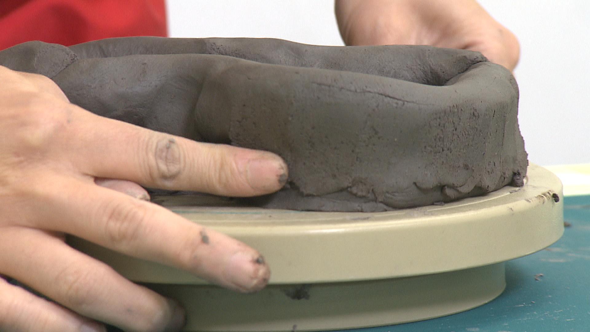 粘土と粘土のつなぎ目は指でなじませて、消すようにします。