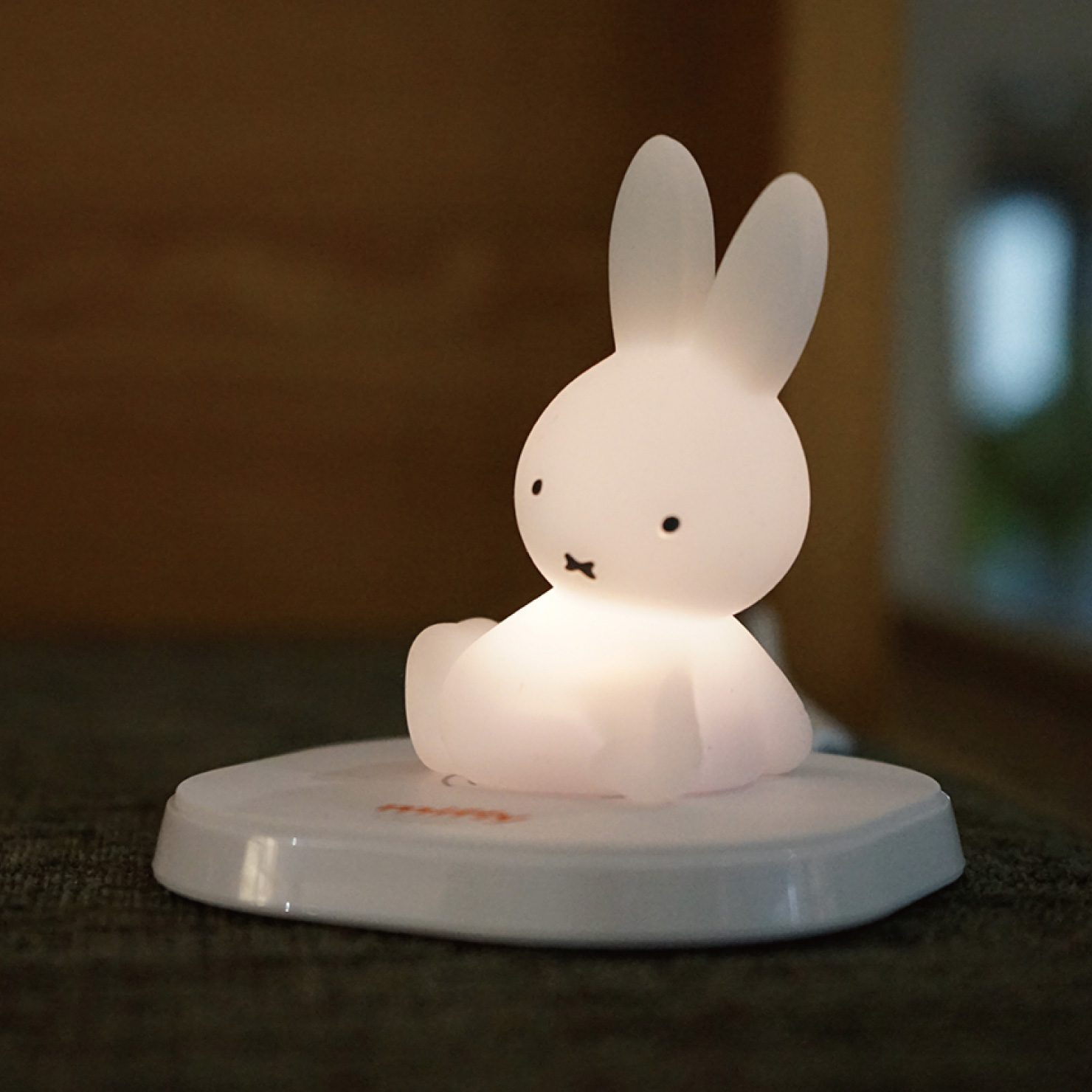 ワイヤレス充電器付き 光るミッフィーのフィギュア