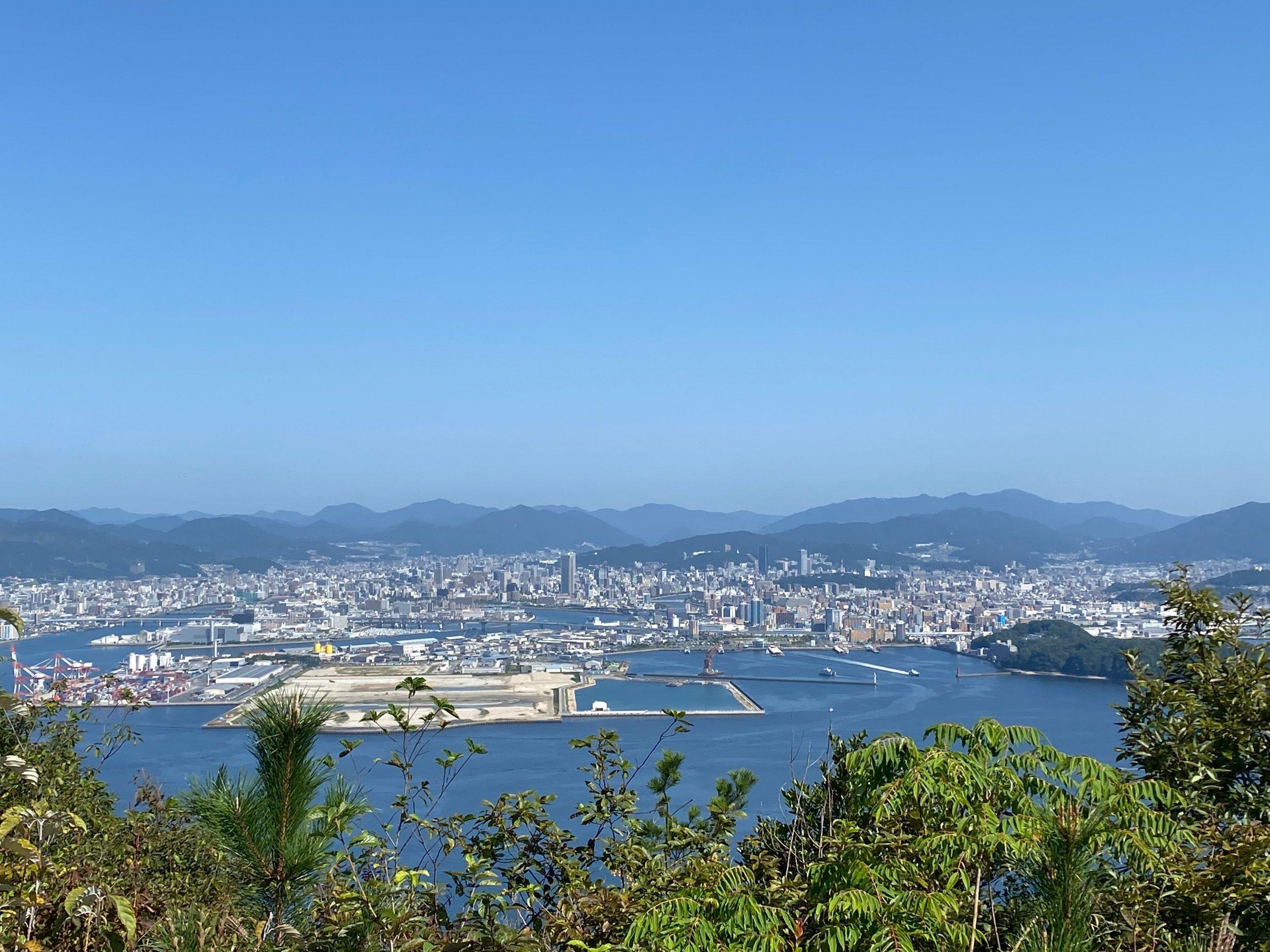 安芸小富士頂上から広島市街地を見る。枝が少しじゃま