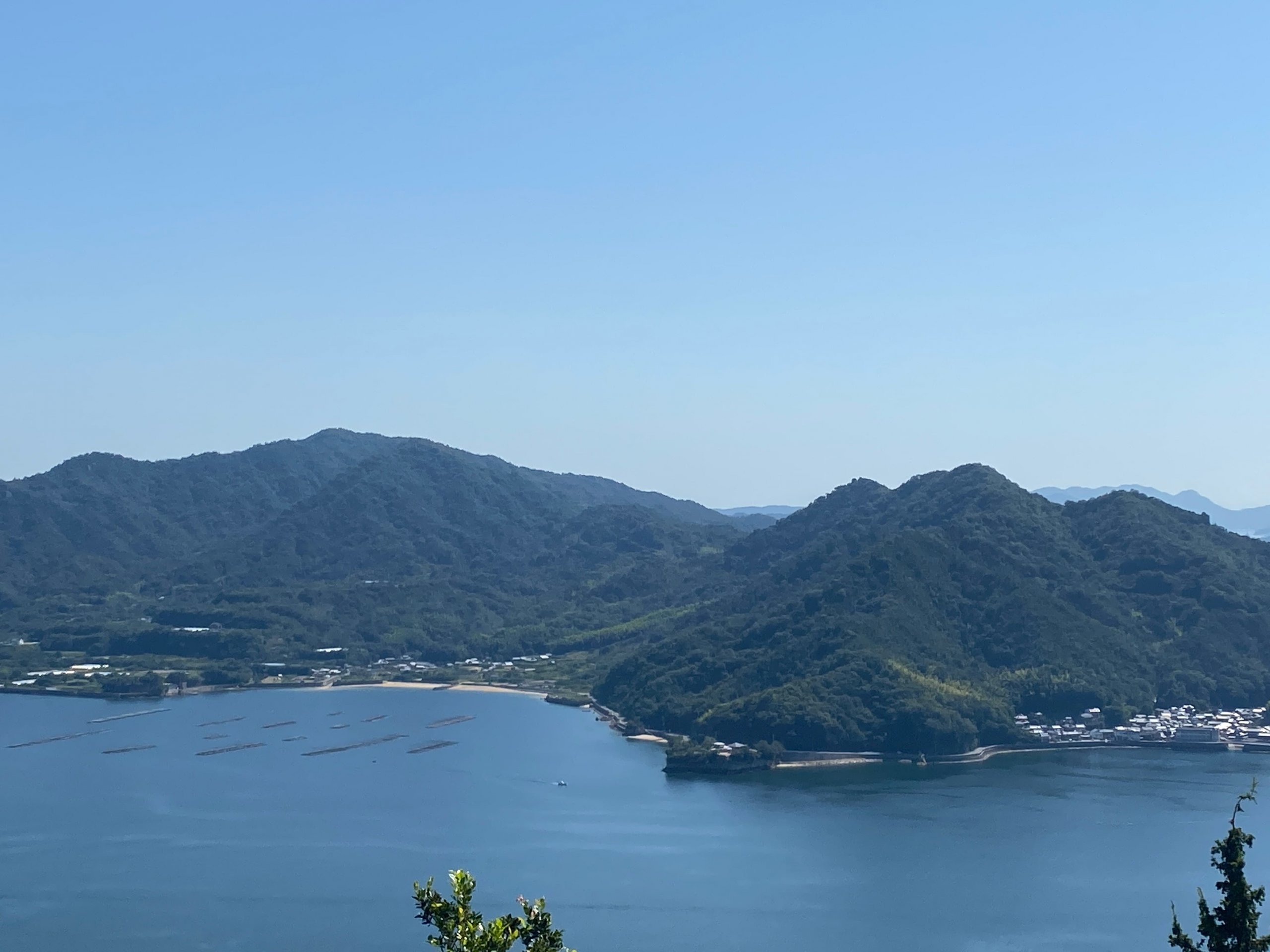 下高山頂上から大須瀬戸越しに江田島を望む。左のピークが古鷹山