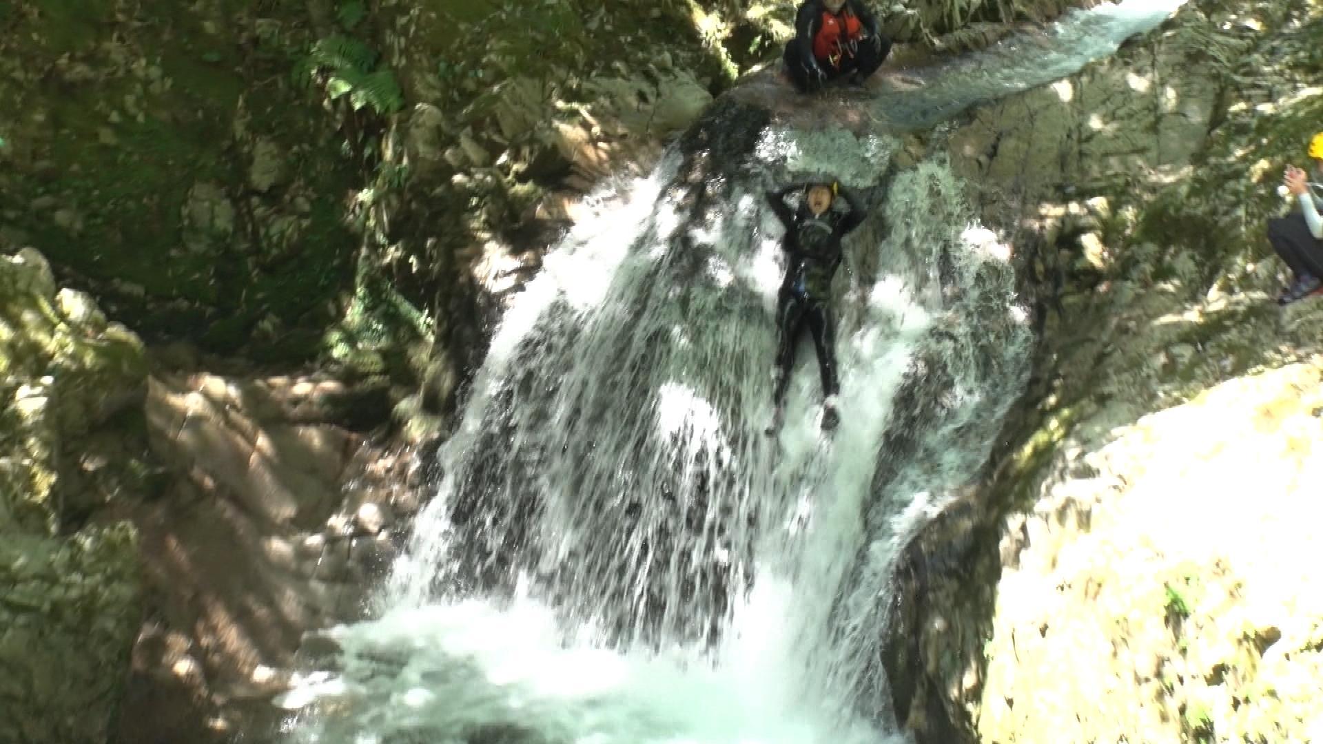 4mの滝からすべり落ちるゴッホ向井ブルー