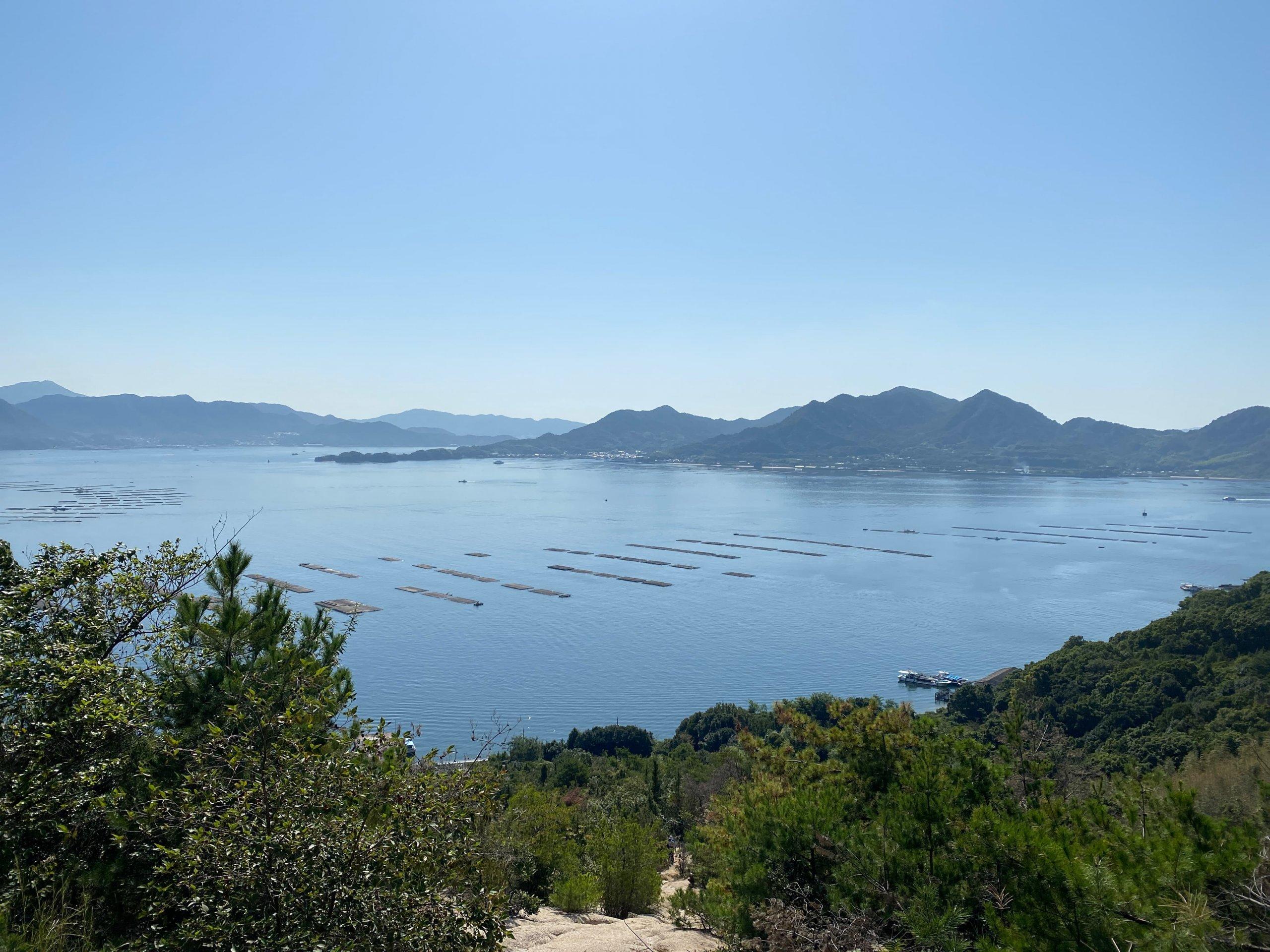 滑りやすい道を登り切り、江田島、呉方面を遠望