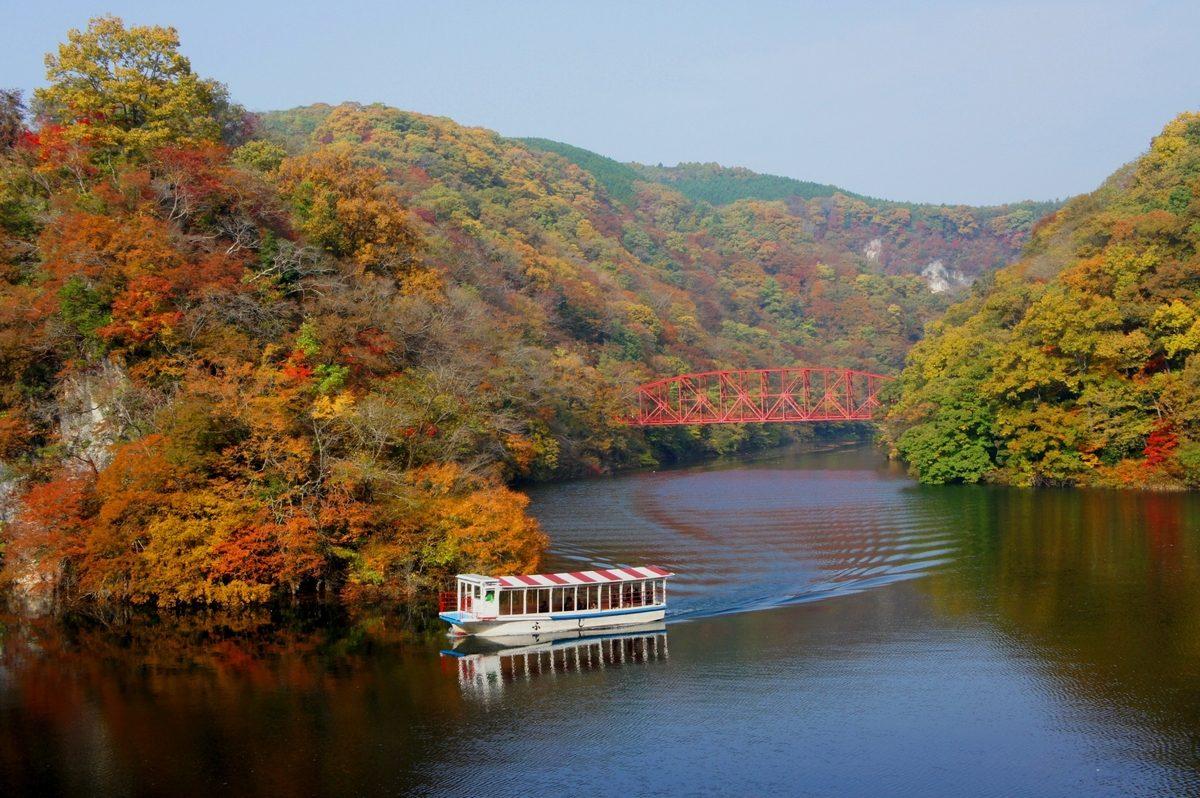 遊覧船で楽しむ湖上からの紅葉狩り